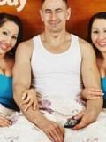 巨胸双胞胎姐妹共享一男友 房事也要一起做